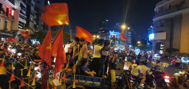 Triệu người xuống đường, phố phường rợp cờ ăn mừng U22 Việt Nam vô địch - ảnh 8