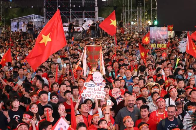 Triệu người xuống đường, phố phường rợp cờ ăn mừng U22 Việt Nam vô địch - ảnh 21
