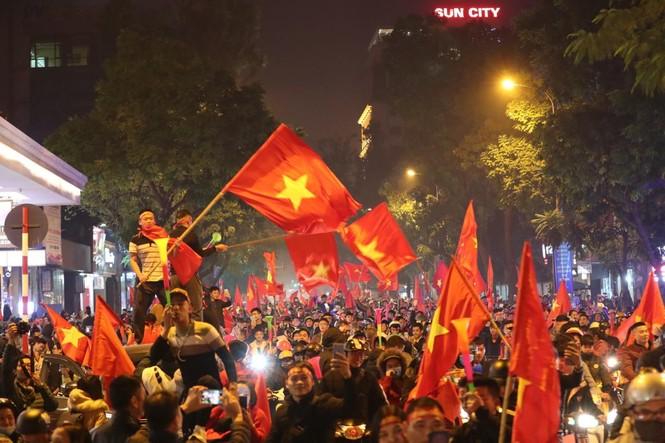 Triệu người xuống đường, phố phường rợp cờ ăn mừng U22 Việt Nam vô địch - ảnh 1
