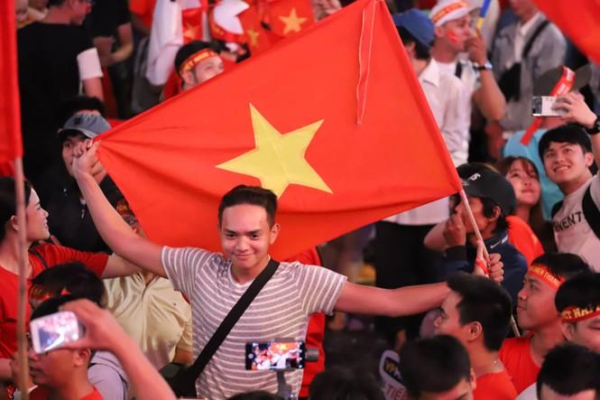 Triệu người xuống đường, phố phường rợp cờ ăn mừng U22 Việt Nam vô địch - ảnh 22