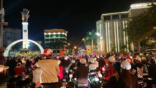 Triệu người xuống đường, phố phường rợp cờ ăn mừng U22 Việt Nam vô địch - ảnh 25