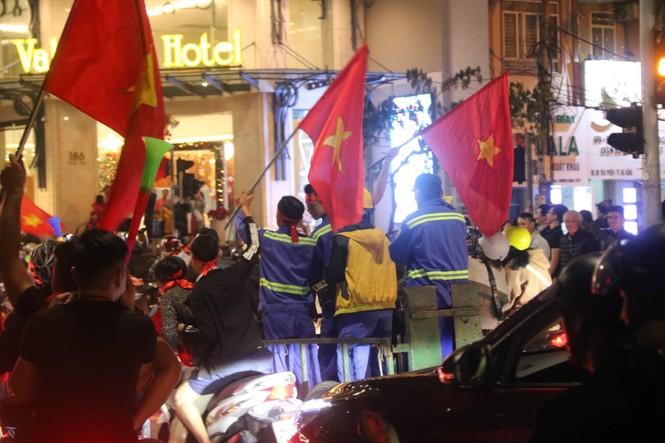 Triệu người xuống đường, phố phường rợp cờ ăn mừng U22 Việt Nam vô địch - ảnh 19