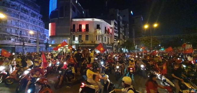 Triệu người xuống đường, phố phường rợp cờ ăn mừng U22 Việt Nam vô địch - ảnh 9