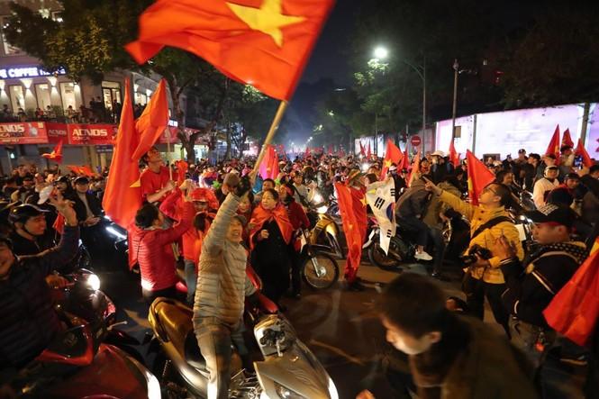Triệu người xuống đường, phố phường rợp cờ ăn mừng U22 Việt Nam vô địch - ảnh 2