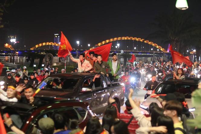 Triệu người xuống đường, phố phường rợp cờ ăn mừng U22 Việt Nam vô địch - ảnh 16