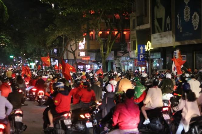 Triệu người xuống đường, phố phường rợp cờ ăn mừng U22 Việt Nam vô địch - ảnh 20