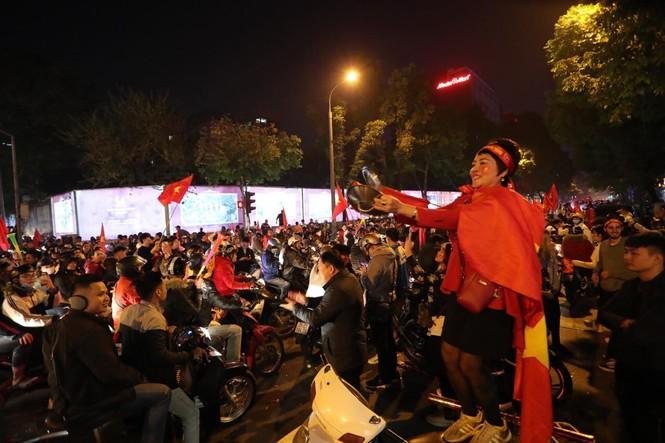 Triệu người xuống đường, phố phường rợp cờ ăn mừng U22 Việt Nam vô địch - ảnh 3