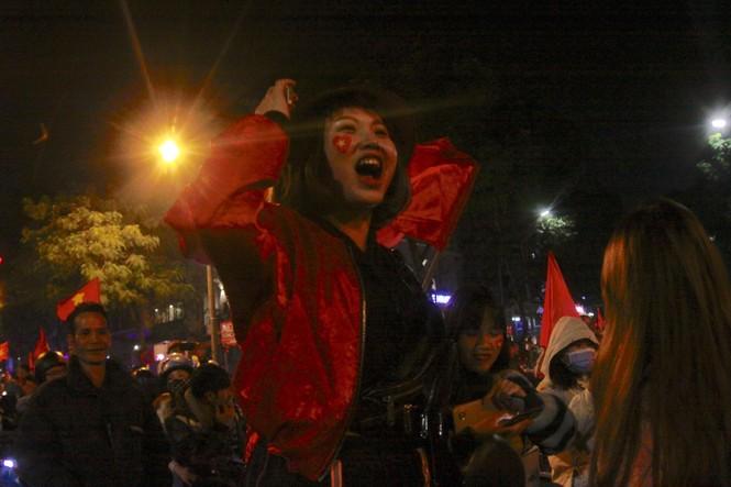 Triệu người xuống đường, phố phường rợp cờ ăn mừng U22 Việt Nam vô địch - ảnh 18