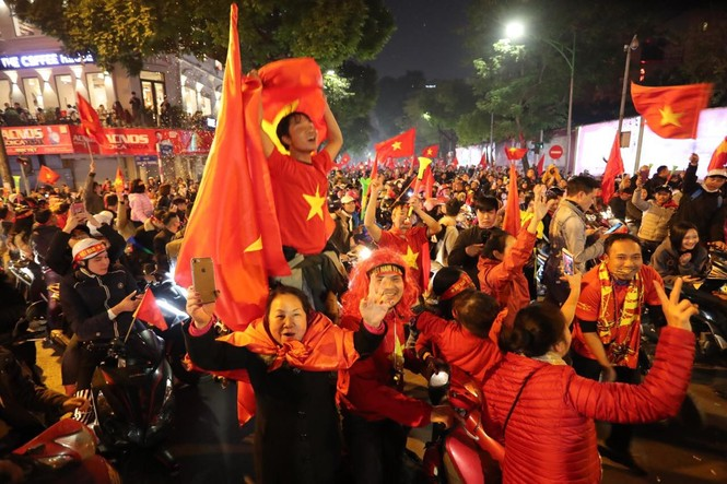Triệu người xuống đường, phố phường rợp cờ ăn mừng U22 Việt Nam vô địch - ảnh 4