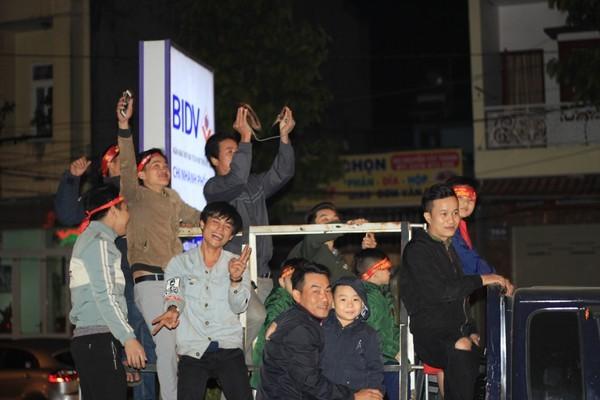 Triệu người xuống đường, phố phường rợp cờ ăn mừng U22 Việt Nam vô địch - ảnh 14