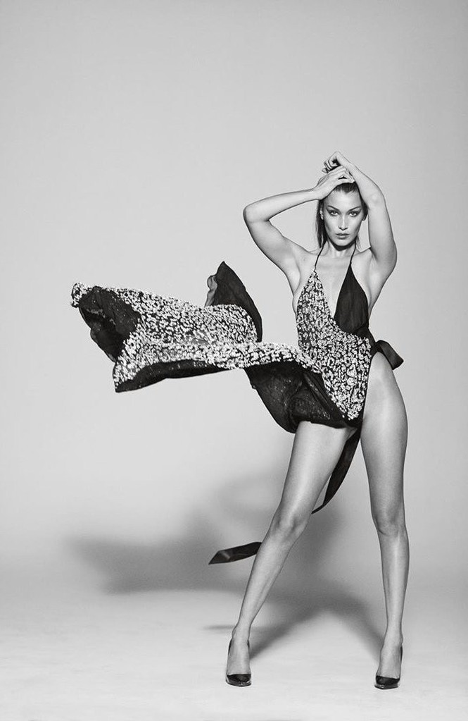 Bella Hadid phô thể hình đẹp 'từng cm' với váy cắt xẻ 'tứ bề' - ảnh 1