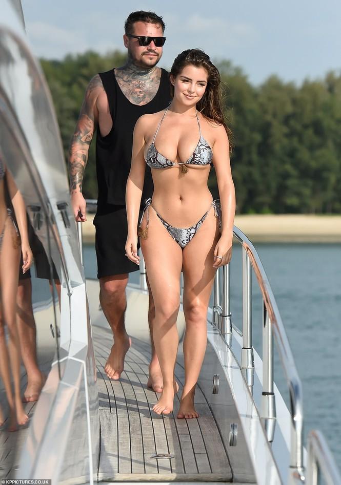 'Nữ hoàng nội y' Anh quốc khoe 3 vòng 'bốc lửa' với bikini nhỏ xíu - ảnh 1