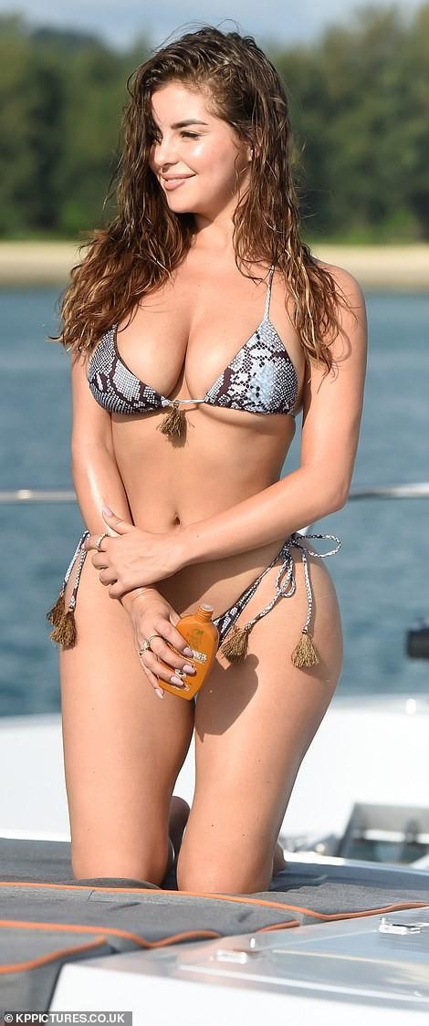 'Nữ hoàng nội y' Anh quốc khoe 3 vòng 'bốc lửa' với bikini nhỏ xíu - ảnh 5