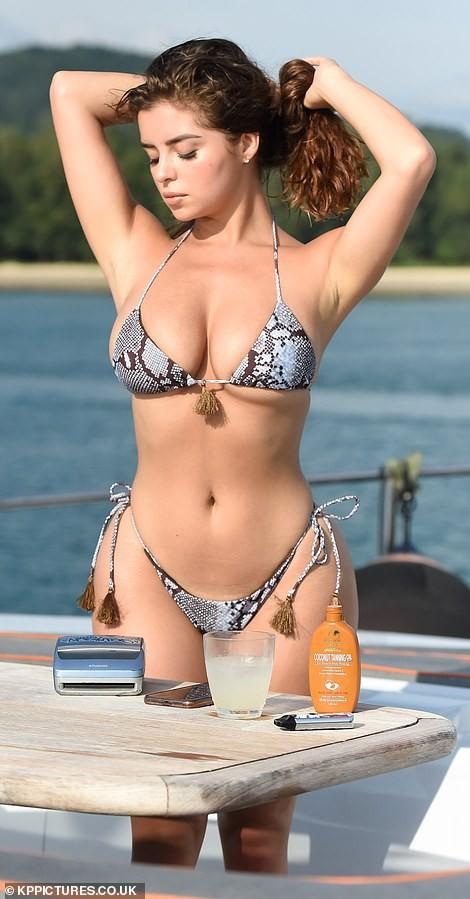 'Nữ hoàng nội y' Anh quốc khoe 3 vòng 'bốc lửa' với bikini nhỏ xíu - ảnh 7