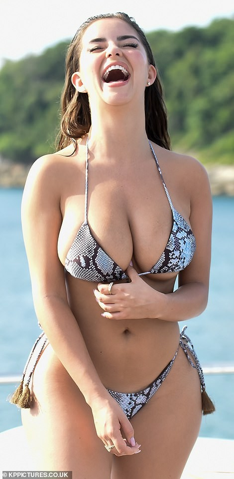 'Nữ hoàng nội y' Anh quốc khoe 3 vòng 'bốc lửa' với bikini nhỏ xíu - ảnh 11