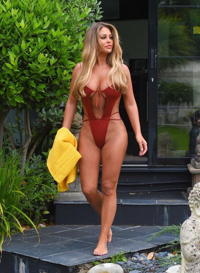 Siêu mẫu 'bốc lửa' Bianca Gascoigne thả dáng 'bỏng mắt' bên bể bơi - ảnh 5