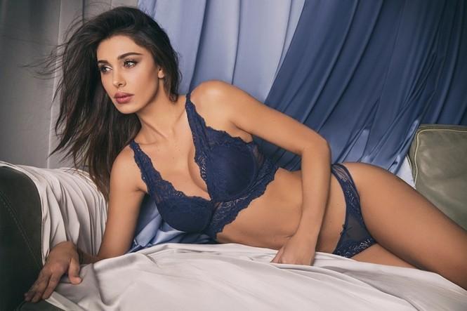 'Hoa hậu săn cầu thủ' ở Ý khoe thân hình 'bốc lửa' với nội y - ảnh 3