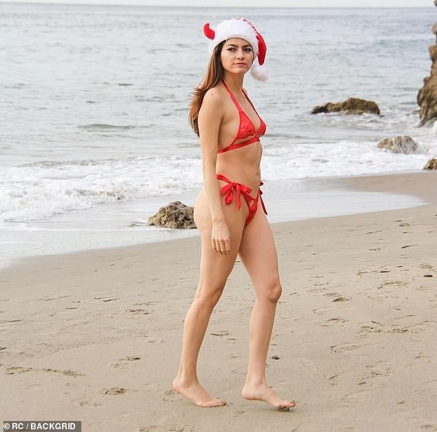 Blanca Blanco khiến quý ông chao đảo với bikini màu đỏ nhỏ xíu - ảnh 3
