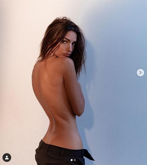 Ảnh bán nude khoe võng lưng tuyệt đẹp của siêu mẫu nội y Emily Ratajkowski  - ảnh 1