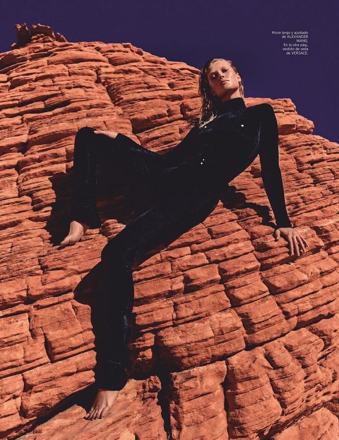Toni Garrn cởi đồ, khoe dáng nuột nà đẹp như tạc tượng giữa thung lung Lửa - ảnh 10