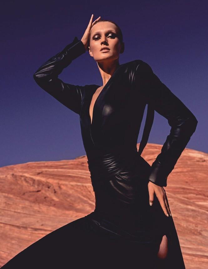 Toni Garrn cởi đồ, khoe dáng nuột nà đẹp như tạc tượng giữa thung lung Lửa - ảnh 11