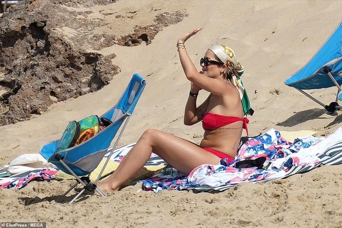 Rita Ora nảy nở hút mắt với áo tắm 2 mảnh nhỏ xíu - ảnh 5