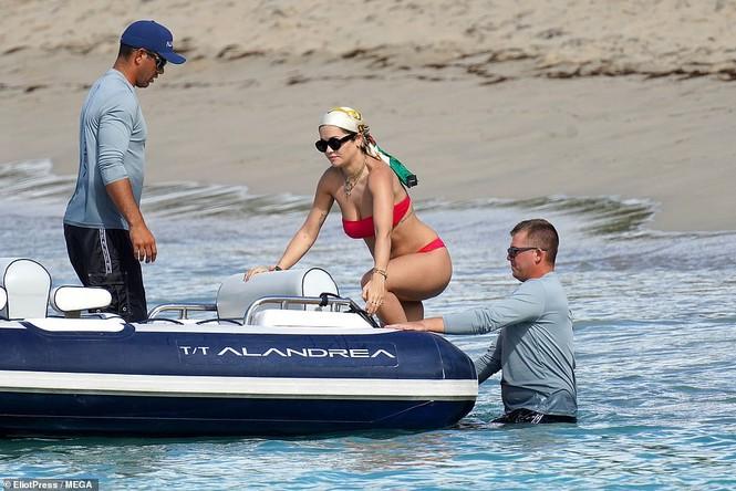 Rita Ora nảy nở hút mắt với áo tắm 2 mảnh nhỏ xíu - ảnh 6