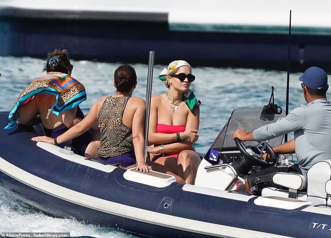 Rita Ora nảy nở hút mắt với áo tắm 2 mảnh nhỏ xíu - ảnh 7