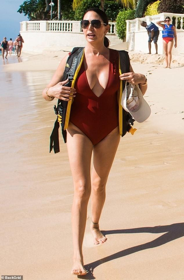 Vợ 'ông trùm giải trí' Simon Cowell 'bốc lửa' với áo tắm - ảnh 7