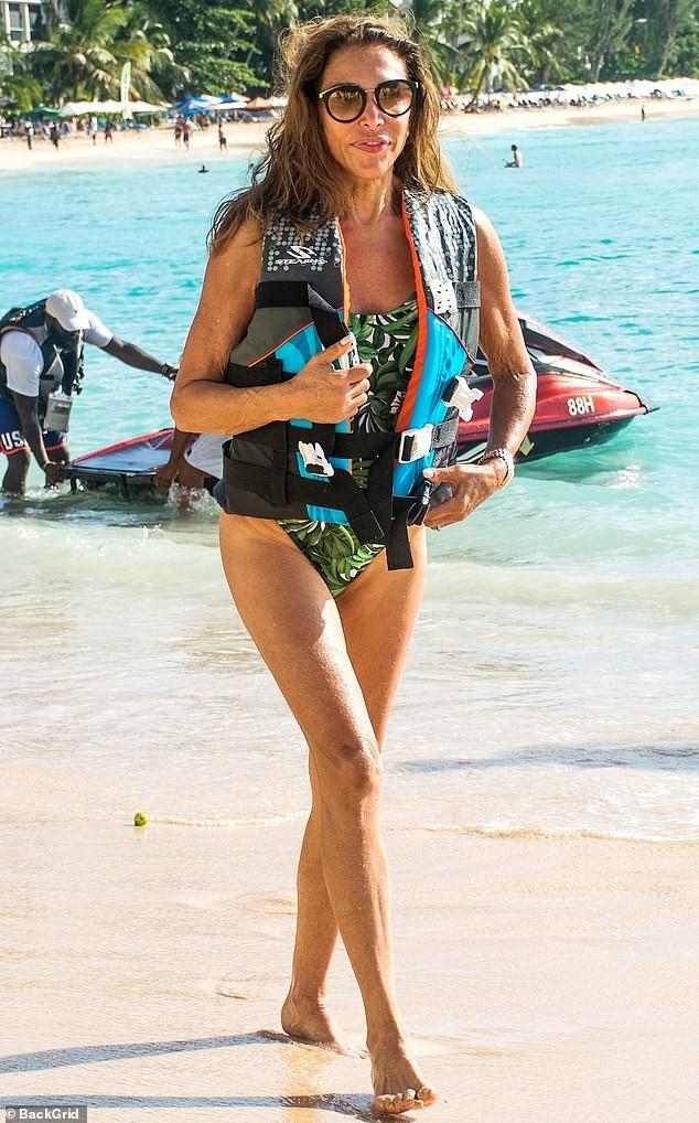 Vợ 'ông trùm giải trí' Simon Cowell 'bốc lửa' với áo tắm - ảnh 8