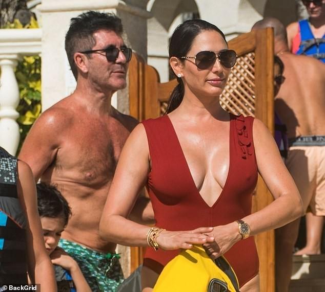 Vợ 'ông trùm giải trí' Simon Cowell 'bốc lửa' với áo tắm - ảnh 9