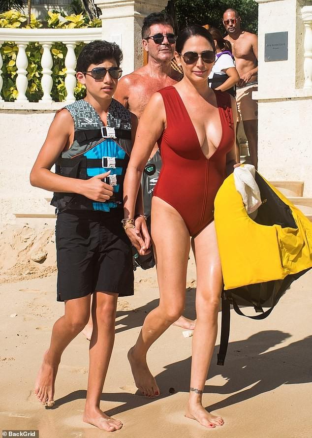 Vợ 'ông trùm giải trí' Simon Cowell 'bốc lửa' với áo tắm - ảnh 11