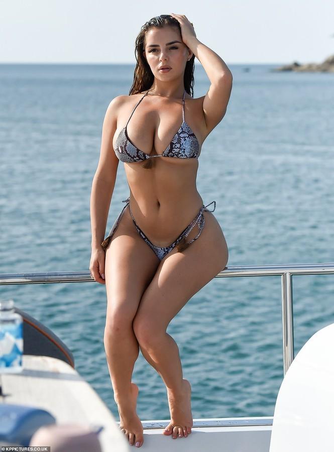 'Nữ hoàng nội y' Anh quốc khoe 3 vòng 'bỏng rẫy' với bikini - ảnh 5
