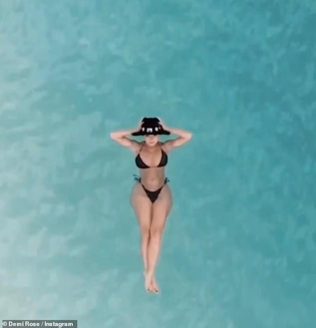 'Nữ hoàng nội y' Anh quốc khoe 3 vòng 'bỏng rẫy' với bikini - ảnh 2
