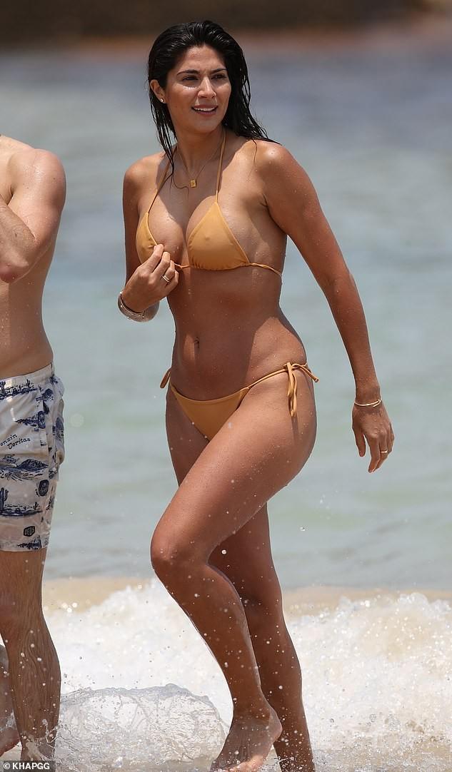 Siêu mẫu Pia Miller mặc bikini bé xíu, đẹp nổi bật ở bãi biển - ảnh 1