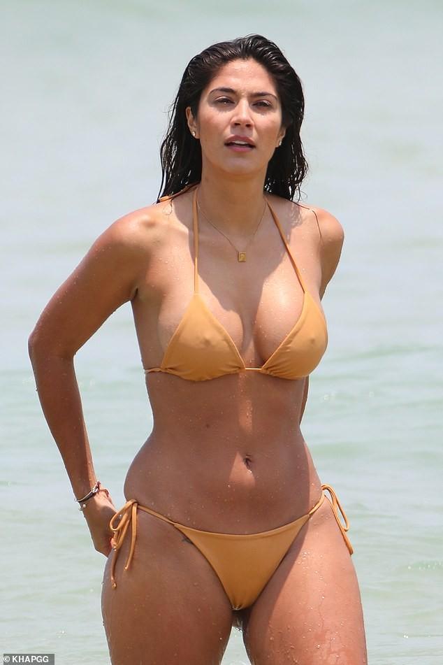 Siêu mẫu Pia Miller mặc bikini bé xíu, đẹp nổi bật ở bãi biển - ảnh 2