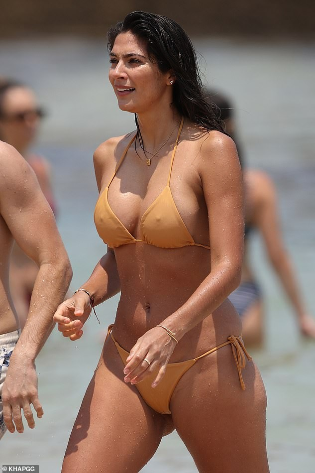 Siêu mẫu Pia Miller mặc bikini bé xíu, đẹp nổi bật ở bãi biển - ảnh 3