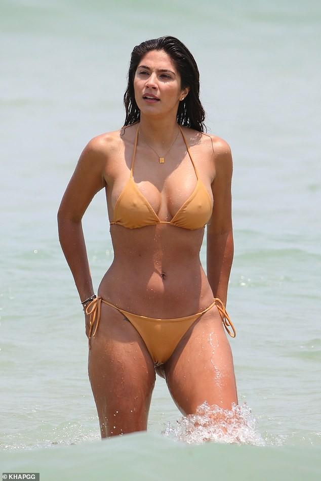Siêu mẫu Pia Miller mặc bikini bé xíu, đẹp nổi bật ở bãi biển - ảnh 9