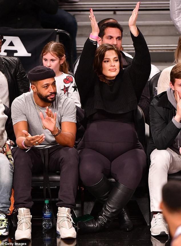 Mẫu ngoại cỡ Ashley Graham táo bạo khoả thân, tạo dáng yoga khó ở cuối thai kỳ - ảnh 4