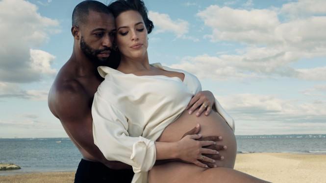 Mẫu ngoại cỡ Ashley Graham táo bạo khoả thân, tạo dáng yoga khó ở cuối thai kỳ - ảnh 6
