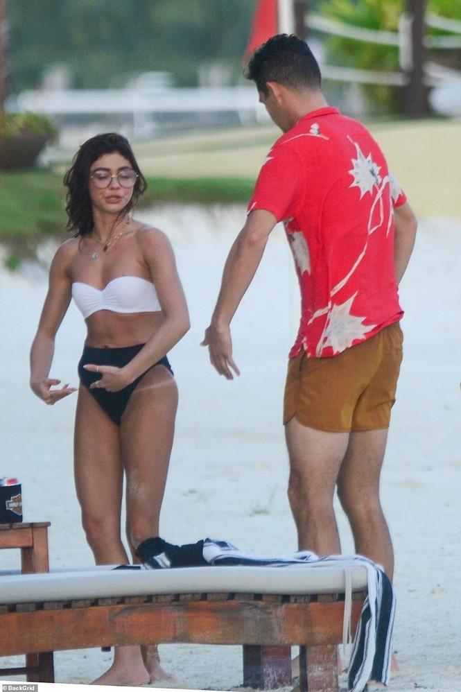 Sarah Hyland mặc bikini nhảy múa, lộ điểm nhạy cảm trên bãi biển - ảnh 2
