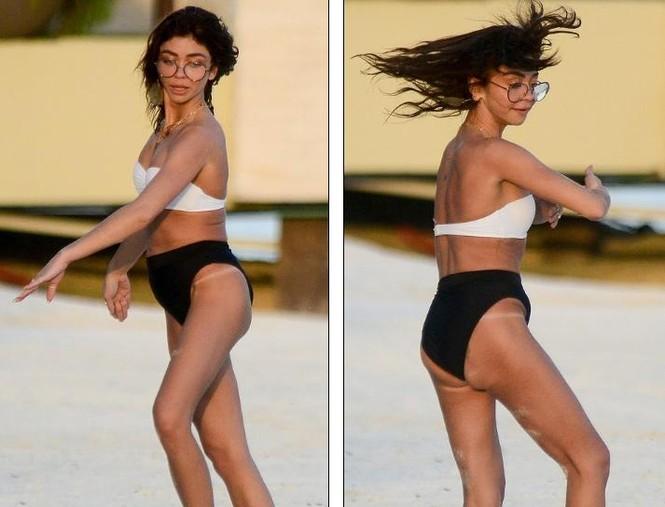 Sarah Hyland mặc bikini nhảy múa, lộ điểm nhạy cảm trên bãi biển - ảnh 4