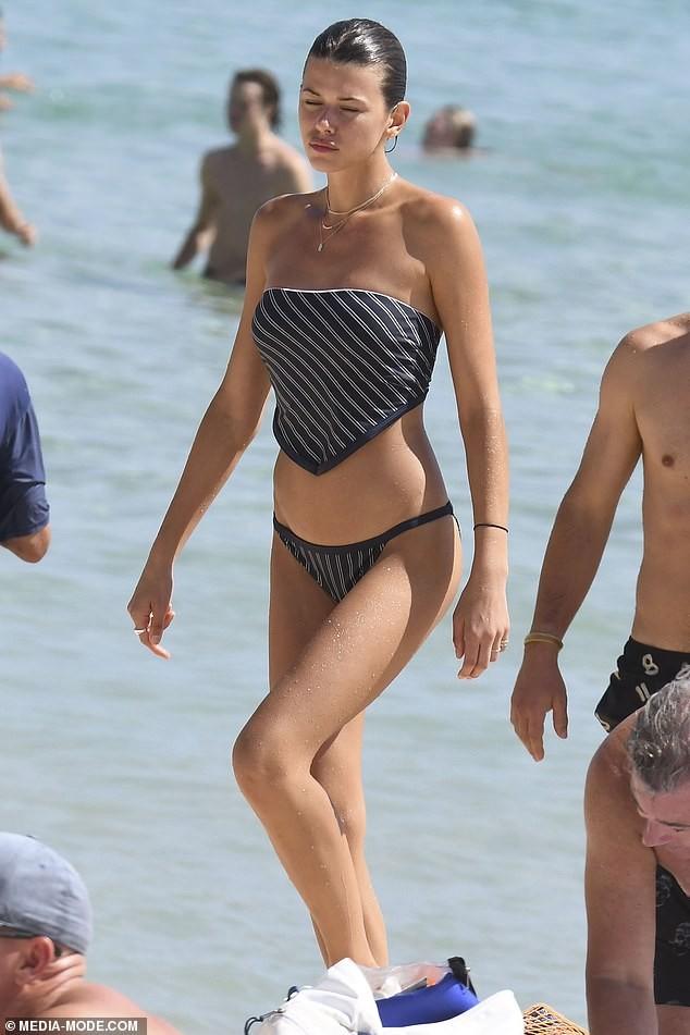 Chân dài Victoria's Secret mặc áo tắm lạ mắt, dáng đẹp như tạc tượng ở biển - ảnh 1