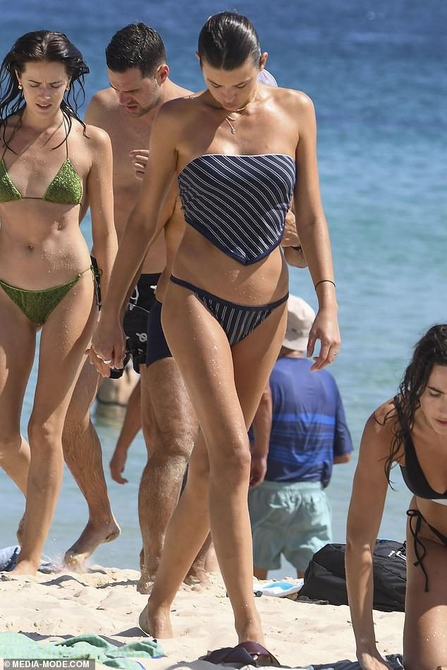 Chân dài Victoria's Secret mặc áo tắm lạ mắt, dáng đẹp như tạc tượng ở biển - ảnh 2