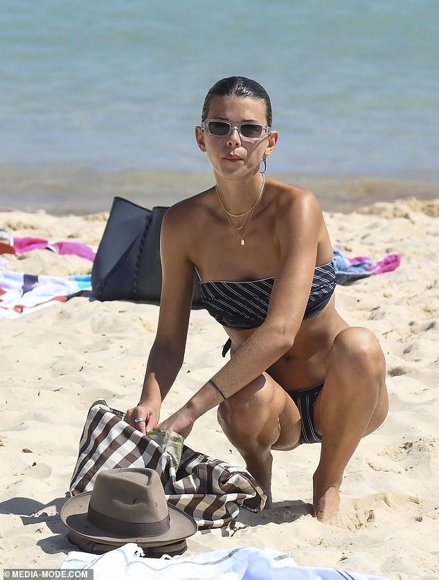 Chân dài Victoria's Secret mặc áo tắm lạ mắt, dáng đẹp như tạc tượng ở biển - ảnh 3