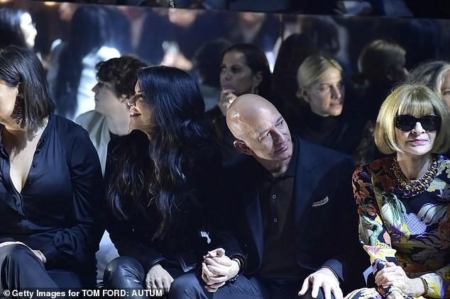 Tỷ phú Amazon tay trong tay không rời bạn gái 50 tuổi ở show Tom Ford  - ảnh 3