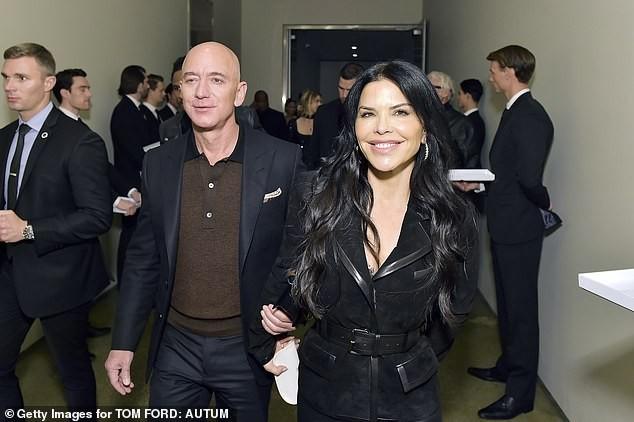 Tỷ phú Amazon tay trong tay không rời bạn gái 50 tuổi ở show Tom Ford  - ảnh 4