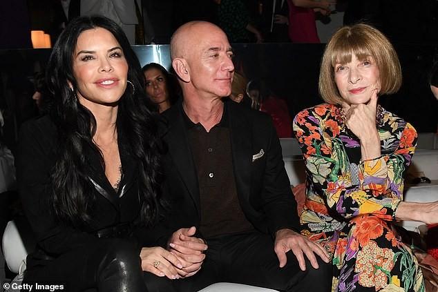 Tỷ phú Amazon tay trong tay không rời bạn gái 50 tuổi ở show Tom Ford  - ảnh 7