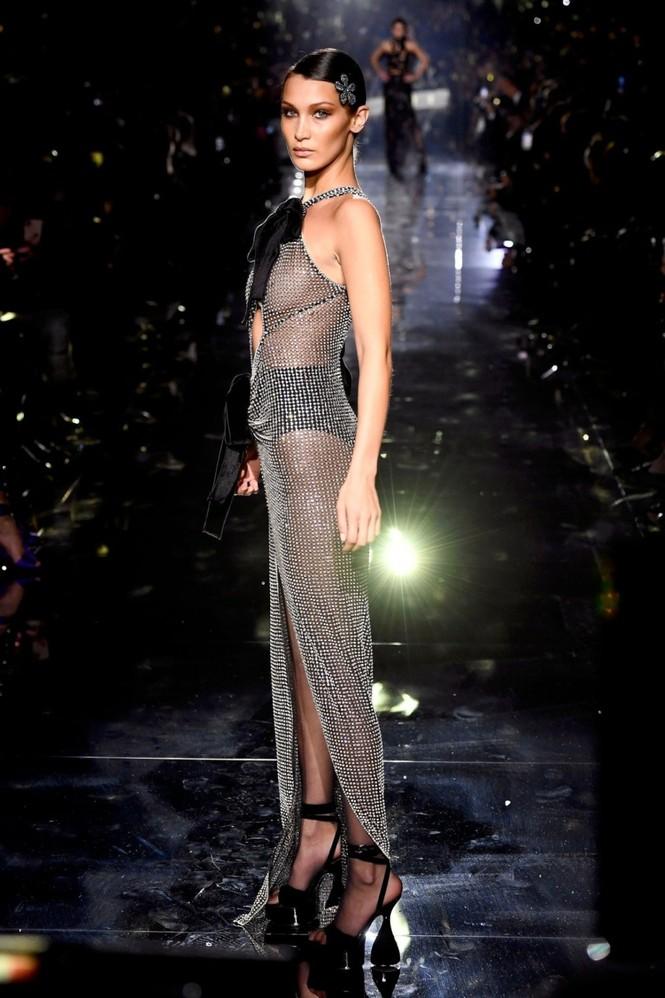 Bella Hadid mặc như không, lộ trọn vòng 1 khi catwalk - ảnh 2
