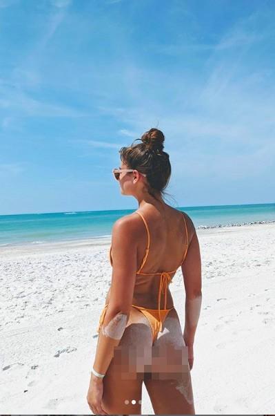 Taylor Hill tung ảnh bikini nhỏ xíu, khoe trọn vòng 3 nóng bỏng - ảnh 1